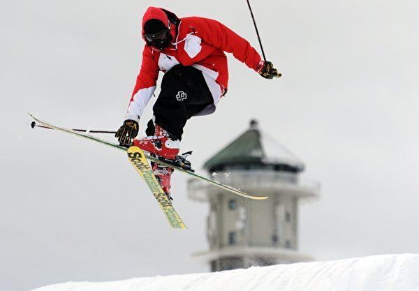 滑雪者在德国菲尔德山滑雪。 (PATRICK SEEGER/AFP/Getty Images)