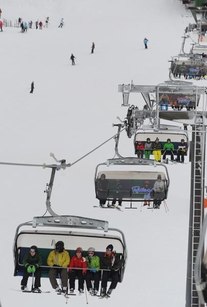 德国冬季运动爱好者搭滑雪缆车去菲尔德山( PATRICK SEEGER/AFP/Getty Images)