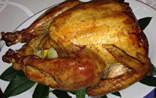 圣诞晚餐的主角是一只祖母亲手烤至金黄色、味美可口的巨大火鸡,被孩子们的笑脸、烛光、精致的瓷器和银器、圣诞节饼干围衬著。 (宁姨提供)