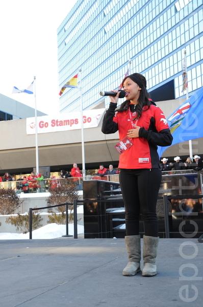 图:歌手在庆祝活动上高唱加拿大国歌O' Canada。(吴伟林/大纪元)