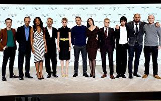 """""""007""""系列新片导演门德斯(左四)与安德鲁•斯科特(左一)、蕾雅•赛杜(左五)、丹尼尔•克雷格(中)、莫妮卡•贝鲁奇(右五)、克里斯托弗•沃尔兹(右四)等众卡司合影。(Dave J Hogan/Getty Images)"""