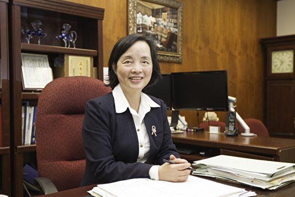 深谙国际税法的会计师何美惠。(大纪元)