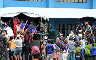 "12月6日,超级台风""哈格比""(Hagupit)逼近菲律宾,数百万民众赶紧寻找疏散到黎牙实比市临时避难所。(Charism SAYAT/AFP/Getty Images)"