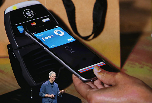 苹果公司CEO Tim Cook在介绍移动支付工具Apple Pay。 (Justin Sullivan/Getty Images)