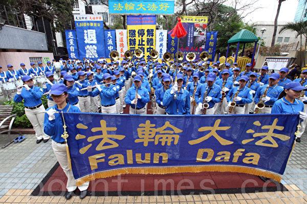 香港各界12月7日舉行《九評共產黨》發表十週年紀念活動,來自香港及海外等約八百人集會遊行,聲援一億八千多萬人退出中共組織。(潘在殊/大紀元)