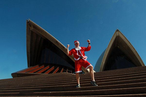 2014年12月7日,澳洲悉尼舉行的第六屆聖誕老人慈善長跑活動。(Lisa Maree Williams/Getty Images)圖為史蒂芬·布徹贏得長跑。(Lisa Maree Williams/Getty Images)