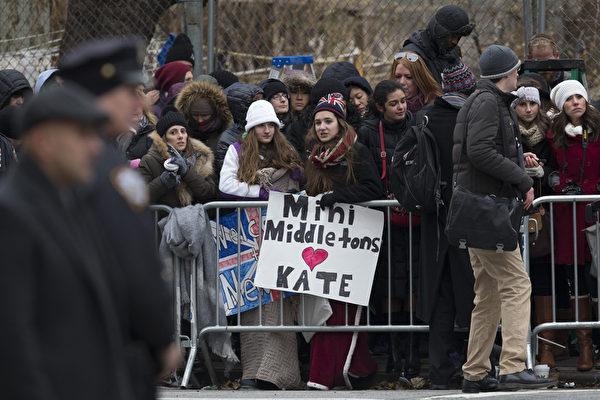 英国剑桥公爵威廉夫妇12月7日晚抵达纽约,展开对美国东岸的三天正式访问。凯特王妃8日在纽约访问纽约儿童发展中心时,等待在中心外面希望目睹凯特风采的人们。(Neilson Barnard/Getty Images)