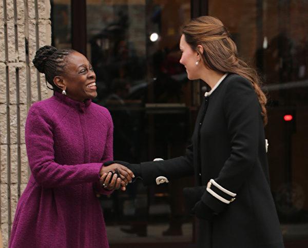 英国剑桥公爵威廉夫妇12月7日晚抵达纽约,展开对美国东岸的三天正式访问。凯特王妃(右)8日在纽约访问纽约儿童发展中心时,受到纽约市长夫人麦克丽(左)的欢迎和接待。(Neilson Barnard/Getty Images)