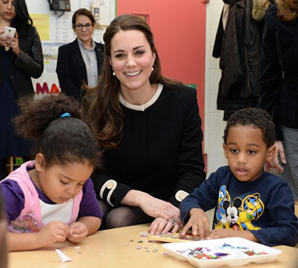 12月8日凯特王妃访问纽约儿童发展中心时,与那里的孩子们一同制作圣诞礼物。(Mark Stewart - Pool/Getty Images)