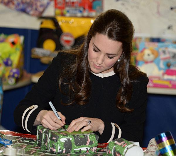 12月8日凯特王妃访问纽约儿童发展中心时,亲自包装圣诞礼物。(Mark Stewart - Pool/Getty Images)
