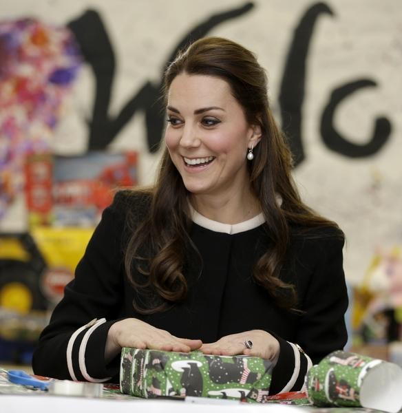 凯特与孩子们一起包礼物。(Wenig-Pool/Getty Images)