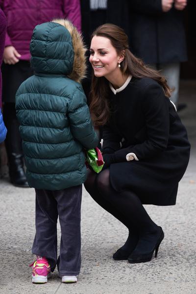凯特亲切的蹲下与一个小男孩对话。(Carl Court/Getty Images)