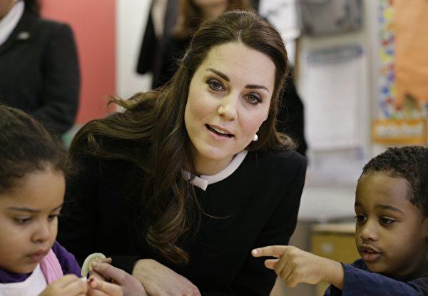 凯特访问哈林区儿童发展中心,与学龄前儿童并坐。(Wenig-Pool/Getty Images)