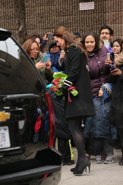 英国剑桥公爵夫人凯特12月8日,参观在纽约的儿童发展中心,民众不畏严寒,只为一睹凯特风采。(Neilson Barnard/Getty Images)