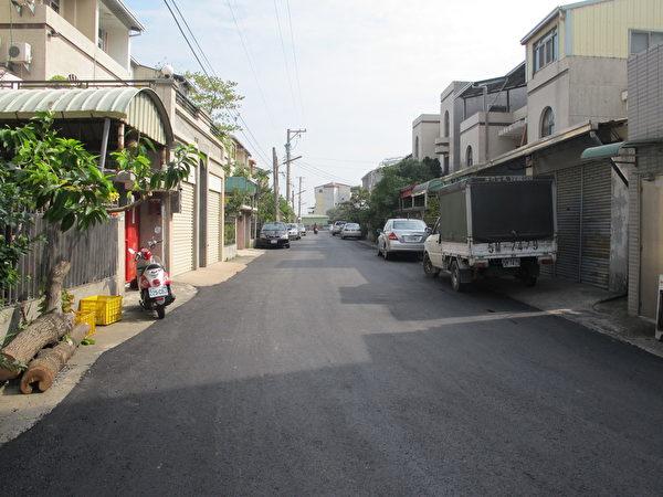 经过修复的巷道,路面平整,连路边线都做得很完善。(廖素贞/大纪元)