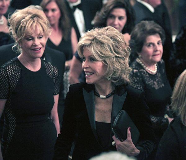 梅兰妮‧格里菲斯(左)与简‧方达。(Dennis Brack/Black Star-Pool/Getty Images)