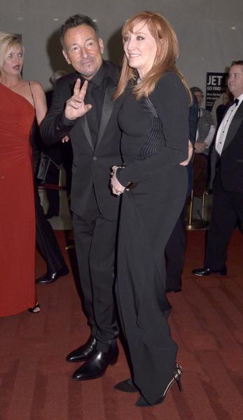美国歌手布鲁斯‧斯普林斯廷(左)与同为音乐人的夫人帕蒂。(Kris Connor/Getty Images)