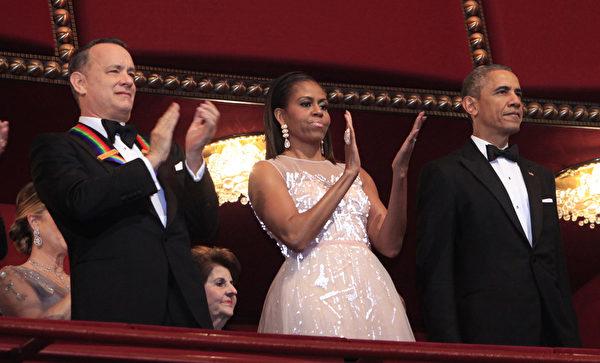 汤姆‧汉克斯(左)与美国总统奥巴马夫妇。(Dennis Brack/Black Star-Pool/Getty Images)