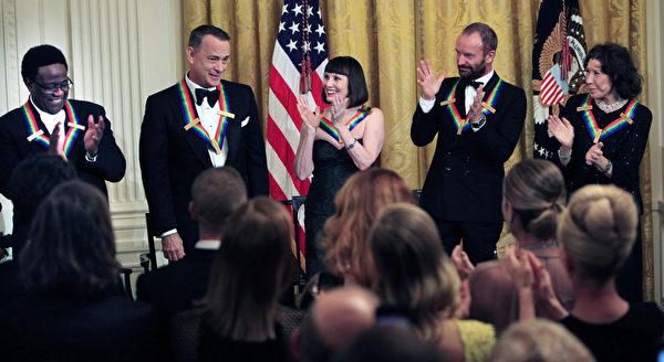 第37届肯尼迪中心荣誉奖五位获奖者合影。左起:格林,汉克斯,麦克布莱德,斯汀,汤姆林。(Dennis Brack/Black Star-Pool/Getty Images)
