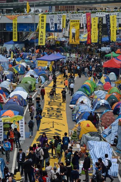 雨傘運動第74日,金鐘佔領區鋪了「撐學生」、「我要真普選」等條幅,向明日清場警方和政府抗議。(宋祥龍/大紀元)