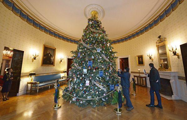 2014年12月3日,美國華盛頓,白宮今年的官方聖誕樹被佈置在白宮的藍色房間(Blue Room)。( MANDEL NGAN/AFP/Getty Images)