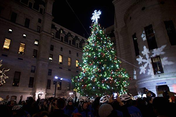 2014年12月3日,美國賓州,費城市政府聖誕樹點燈儀式。(Mark Makela/Getty Images)