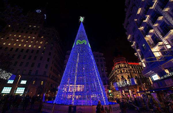 2014年12月1日,西班牙馬德里,蒙特拉街頭一棵巨大的LED聖誕樹被點亮。(Denis Doyle/Getty Images)