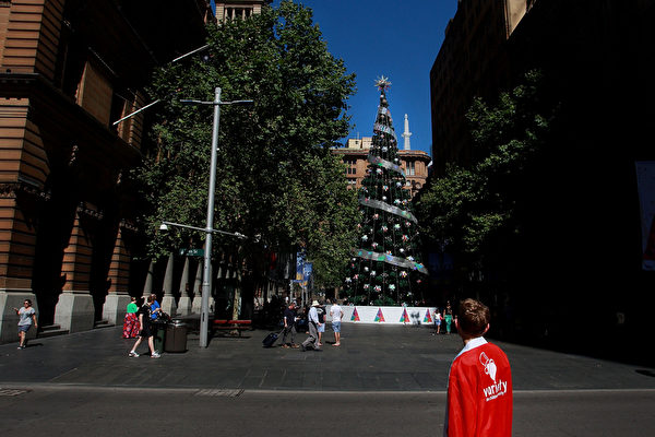 2014年12月7日,澳大利亞悉尼,馬丁廣場矗立一棵聖誕樹。(Lisa Maree Williams/Getty Images)