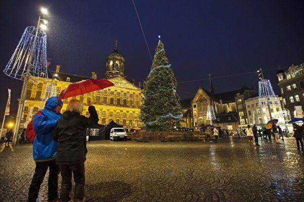 2014年12月7日,荷蘭阿姆斯特丹,水壩廣場矗立一棵聖誕樹。(JERRY LAMPEN/AFP/Getty Images)