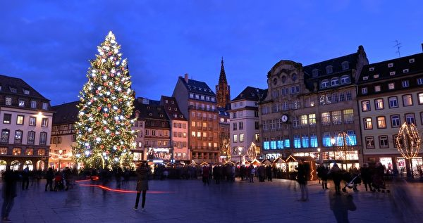 2014年12月8日,法國著名的斯特拉斯堡聖誕市場上一棵巨大的聖誕樹。(PATRICK HERTZOG/AFP/Getty Images)