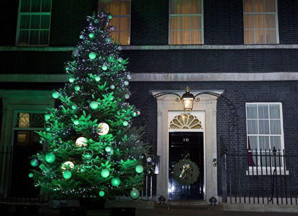 2014年12月8日,英國倫敦,唐寧街10號的聖誕樹點燈。(JUSTIN TALLIS/AFP/Getty Images)
