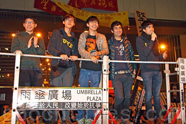 雨傘運動第74日,清場前的最後一日,金鐘雨傘廣場又現熱鬧景象,許多市民前來聲援和影像留念,學聯和學民思潮代表呼籲留守的民眾堅持和平非暴力的精神。(潘在殊/大紀元)