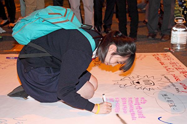 12月10日是雨傘運動第74日,也是香港警方清場前的最後一日,金鐘雨傘廣場又現熱鬧景象,許多市民前來聲援和影像留念,有學生現場留下心聲。(潘在殊/大紀元)