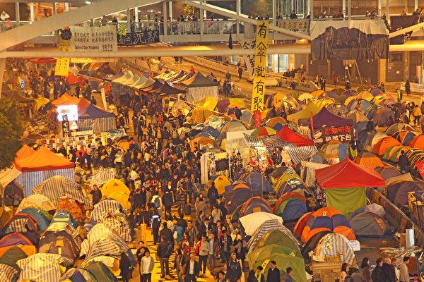 12月10日是雨傘運動第74日,也是香港警方清場前的最後一日,金鐘雨傘廣場又現熱鬧景象,許多市民前來聲援和影像留念。(潘在殊/大紀元)