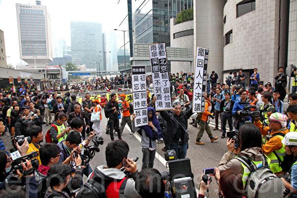 2014年12月11日,司法機構的執達吏在大批警察的配合下對金鐘雨傘廣場進行清場,有市民到場抗議。(潘在殊/大紀元)