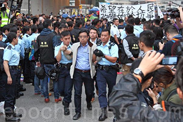 2014年12月11日,在禁制令清場後,香港警方出動大批警力對金鐘雨傘廣場進行全面的清場,立法會議員凃謹申被捕。(潘在殊/大紀元)