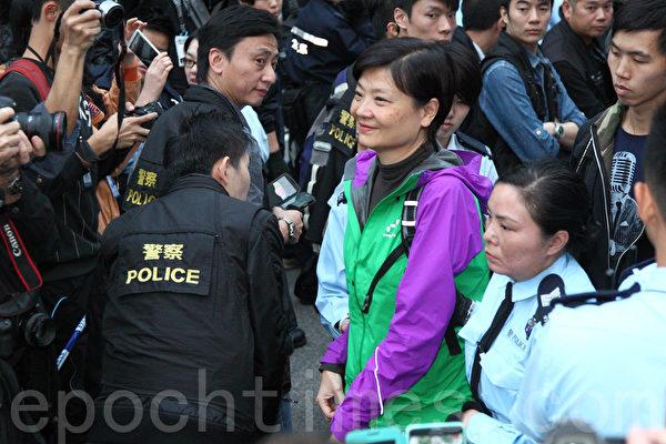 2014年12月11日,在禁制令清場後,香港警方出動大批警力對金鐘雨傘廣場進行全面的清場,公民黨主席余若薇被捕。(潘在殊/大紀元)