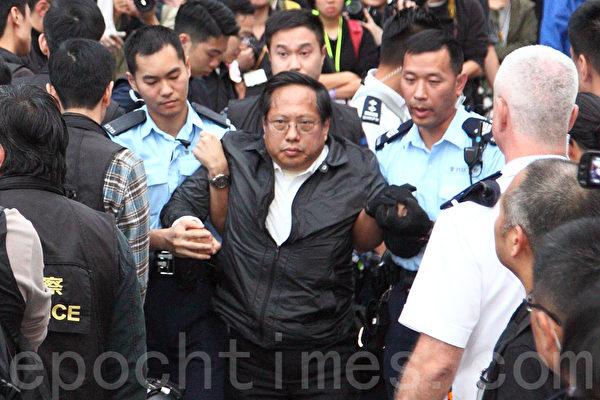 2014年12月11日,在禁制令清場後,香港警方出動大批警力對金鐘雨傘廣場進行全面的清場,立法會議員何俊仁被捕。(潘在殊/大紀元)