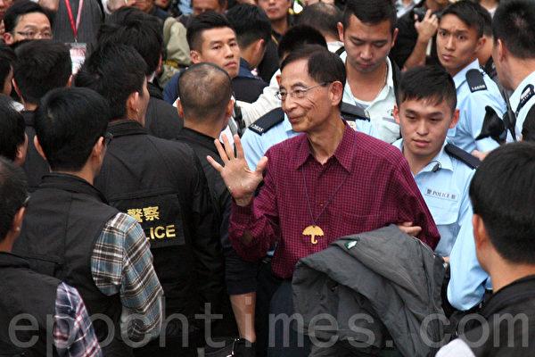 2014年12月11日,在禁制令清場後,香港警方出動大批警力對金鐘雨傘廣場進行全面的清場,民主派元老李柱銘被捕。(潘在殊/大紀元)