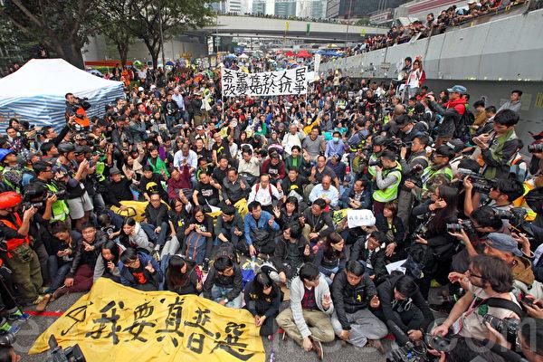 2014年12月11日,在禁制令清場後,香港警方出動大批警力對金鐘雨傘廣場進行全面的清場,並拘捕多名泛民主派立法會議員和學生代表。(潘在殊/大紀元)