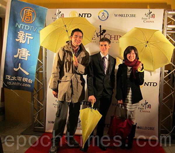 《自由中國:有勇氣相信》紀錄片,日前在臺北電影放映廳播放,民眾在電影放映會前,排隊與郝毅博拍照合影。(鍾元/大紀元)