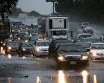 國家氣象局說,週四(11日),一個強有力的由熱帶濕氣「大氣河」(atmospheric river)帶來的暴風雨不僅將席捲乾旱肆虐的加州,以至整個美國西部沿海地區。圖為2014年12月11日舊金山灣區遭到暴風雨的襲擊,造成樹木傾倒、公路積水、交通堵塞。(Justin Sullivan/Getty Images)