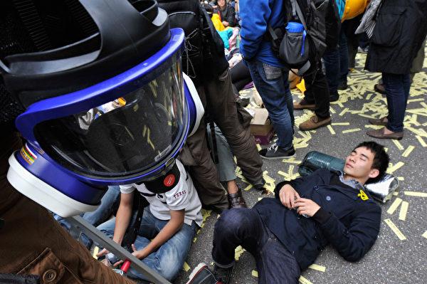 2014年12月11日,留守在占領區的民眾躺在原地不願離去。(Lucas Schifres/Getty Images)