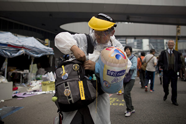 2014年12月11日,留守在金鐘的佔領現場一位抗議人士準備離開現場。(Brent Lewin/Getty Images)