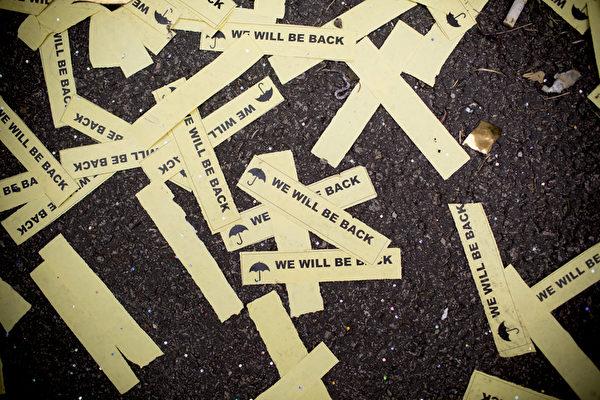 2014年12月11日,在金鐘的佔領現場,「We will be back」散落廣場每個角落,對拒絕接受民意的政權作無聲控訴。(Brent Lewin/Getty Images)