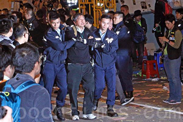 2014年12月11日,在禁制令清場後,香港警方出動大批警力對金鐘雨傘廣場進行全面的清場,立法會議員李卓人是最後被捕的一批人士。(蔡雯文/大紀元)