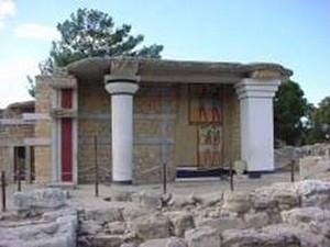 库诺索斯宫殿遗址位于丘陵上,楼高三到四层,此为南侧入口一景。(图片提供:Dilos Holiday World)