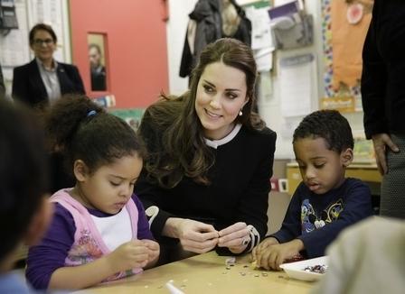 凱特王妃在哈林區一家兒童發展中心陪伴兒童。(Seth Wenig-Pool/Getty Images)