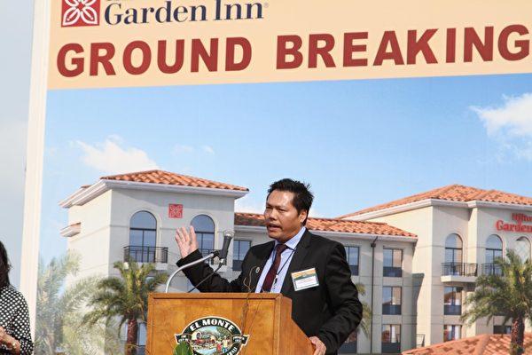 加州投資區域中心董事長方中(Johnson Fang)在艾爾蒙地希爾頓花園酒店開工典禮上演講。(張岳/大紀元)