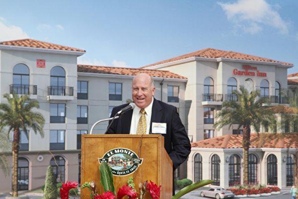 希爾頓集團西南區副總裁鮑威爾(Tim Powell)在艾爾蒙地希爾頓花園酒店開工典禮上演講。(張岳/大紀元)